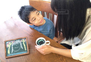 テーブルに座っている人の写真・画像素材[1455268]