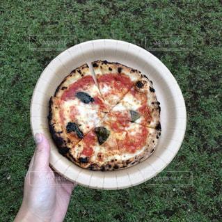 草の上に座ってピザ カバー フィールドの写真・画像素材[1463462]
