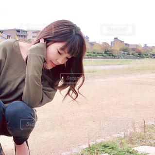 草の中に立っている人の写真・画像素材[1594850]