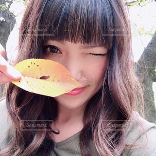近くにサンドイッチを食べる女のアップの写真・画像素材[1611609]