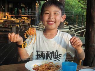 食事のテーブルに座って若い男の子の写真・画像素材[1640688]