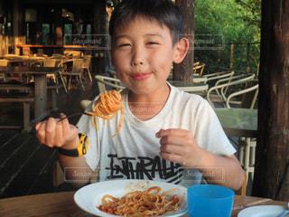 食事のテーブルに座って若い男の子の写真・画像素材[1640690]