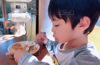 食事のテーブルに座って男の子の写真・画像素材[1640694]