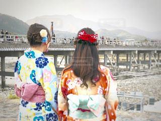 橋の前に立っている女の子の写真・画像素材[1650324]