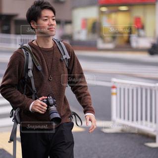 通りを歩く女と男の写真・画像素材[1693737]