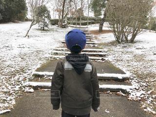 雪の中で立っている少年の写真・画像素材[1753540]