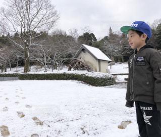 雪の中で立っている少年の写真・画像素材[1753554]