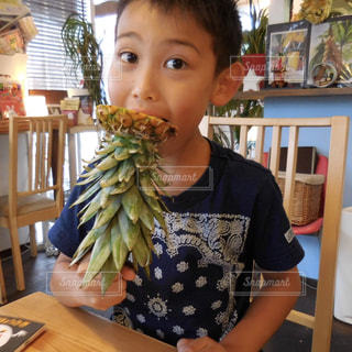 バナナを食べるテーブルに座って男の子の写真・画像素材[1763648]