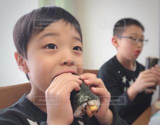 いくつかの料理を食べている男の子の写真・画像素材[1771852]
