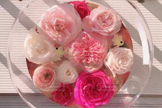 テーブルの上のピンクの花の写真・画像素材[1792250]
