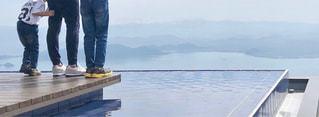 水の体の横に立っている人の写真・画像素材[1800052]
