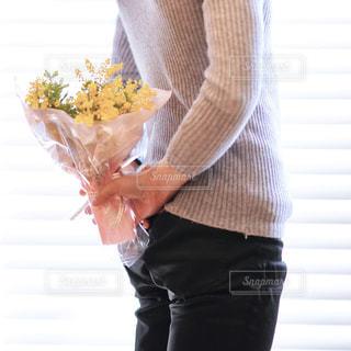 男性,花,花束,後ろ姿,黄色,鮮やか,人物,人,ミモザ,イエロー,カラー,色,黄,yellow