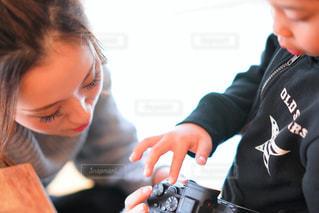 カメラを見て子の写真・画像素材[1829923]