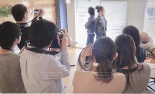 鏡の前に立っている人々 のグループの写真・画像素材[1829930]