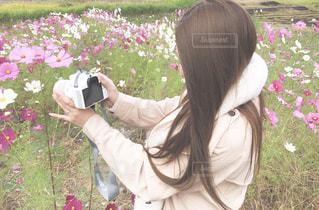 花を持つ女性の写真・画像素材[1829981]