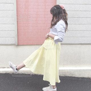 女性,ファッション,春,黄色,スカート,人物,壁,人,シャツ,イエロー,コーデ,スニーカー,黄,yellow,春服