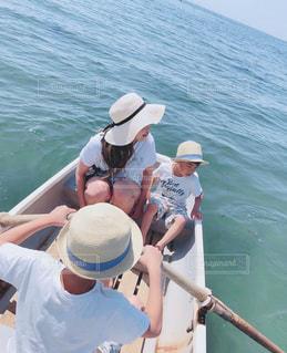 水の体のボートの人々のグループの写真・画像素材[2092418]