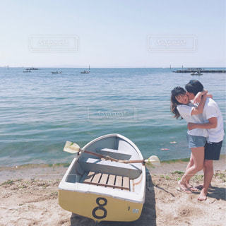浜辺の前に立っている人の写真・画像素材[2125174]