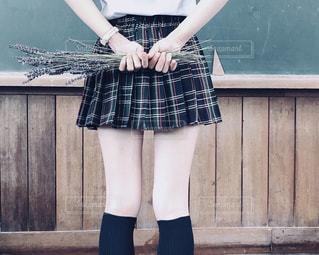 女性,学生,花,ボート,足,後ろ姿,チェック,手,ラベンダー,女の子,少女,スカート,人物,人,校舎,学校,黒板,中学生,高校生,制服,女子高生,ミニスカート,学生服