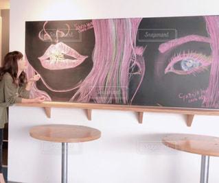 女性,文字,ボート,絵,アート,テーブル,人物,壁,横顔,人,黒板,チョーク