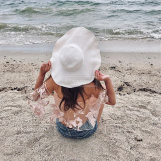 女性,夏,ビーチ,後ろ姿,砂浜,波,帽子,水着,人物,背中,人,後姿,ビキニ,デニム