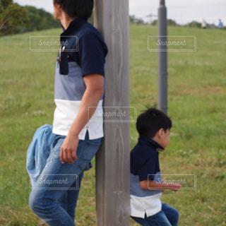草の上に立っている小さな男の子の写真・画像素材[2138606]