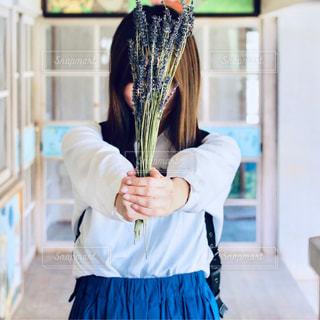 青いドレスを着た女の子の写真・画像素材[2140633]