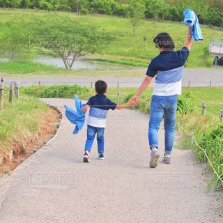 凧を持っている小さな子供の写真・画像素材[2203731]