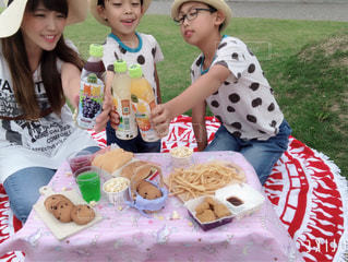 テーブルの上に座っている小さな女の子の写真・画像素材[2214276]