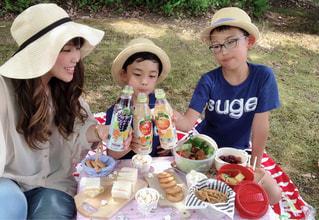 秋篠宮の久仁王子らが食べ物付きのテーブルに座るの写真・画像素材[2214286]
