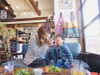 食べ物を食べるテーブルに座っている人の写真・画像素材[2257904]