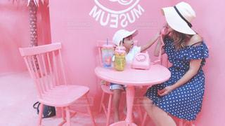 椅子に座っている小さな女の子の写真・画像素材[2257906]