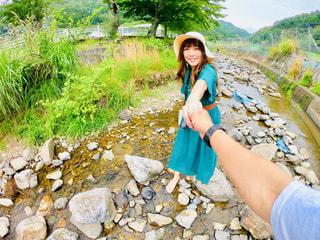 岩の上に立つ女性の写真・画像素材[2260025]