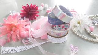 テーブルの上にピンクの花でいっぱいの花瓶の写真・画像素材[2280542]