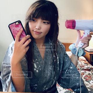 電話を持っている少女の写真・画像素材[2294154]