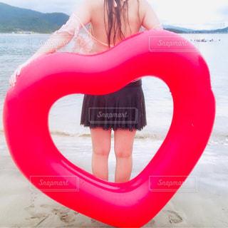 女性,自然,海,空,赤,砂,ビーチ,後ろ姿,砂浜,波,水着,ハート,ビキニ,浮き輪
