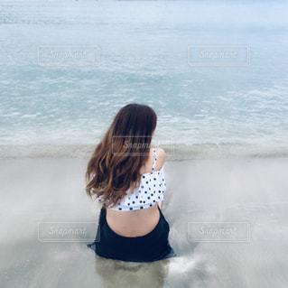 水域の隣に立っている人の写真・画像素材[2297238]