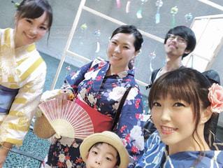 カメラのポーズをとる人々のグループの写真・画像素材[2306168]