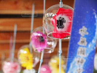 テーブルの上のガラスの花瓶のクローズアップの写真・画像素材[2359684]