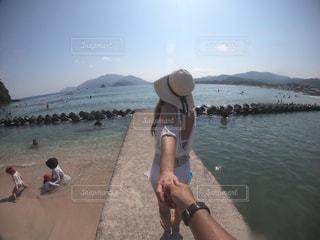 水域の隣に立っている人の写真・画像素材[2372653]