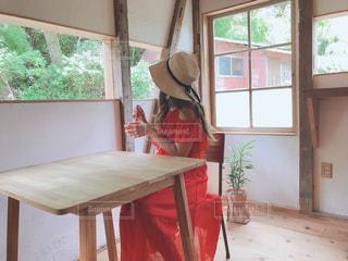 窓の前の食堂のテーブルの写真・画像素材[2377185]