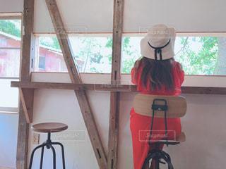 窓の前に座っている椅子の写真・画像素材[2377199]