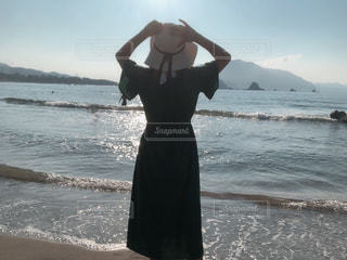 水域の隣に立っている人の写真・画像素材[2377206]