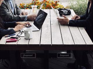 テーブルに座っている人々のグループの写真・画像素材[2445061]