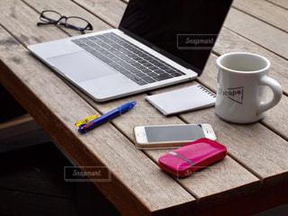 木製のテーブルの上に座っているラップトップコンピュータの写真・画像素材[2447283]
