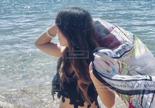 浜辺に座っている女性の写真・画像素材[2459546]