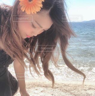浜辺に立つ女性の写真・画像素材[2459558]