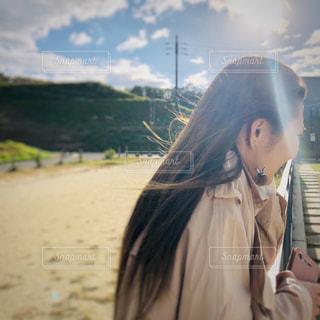浜辺の前に立っている人の写真・画像素材[2460991]
