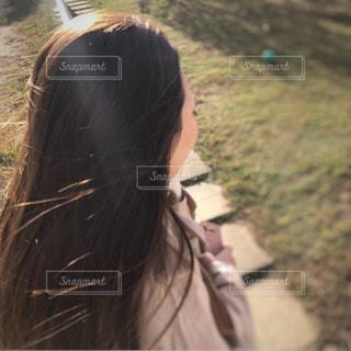 カメラを見ている女性の写真・画像素材[2460992]