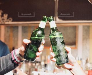 男性,飲み物,お酒,緑,手,グラス,ビール,ビン,乾杯,グリーン,ドリンク,アルコール